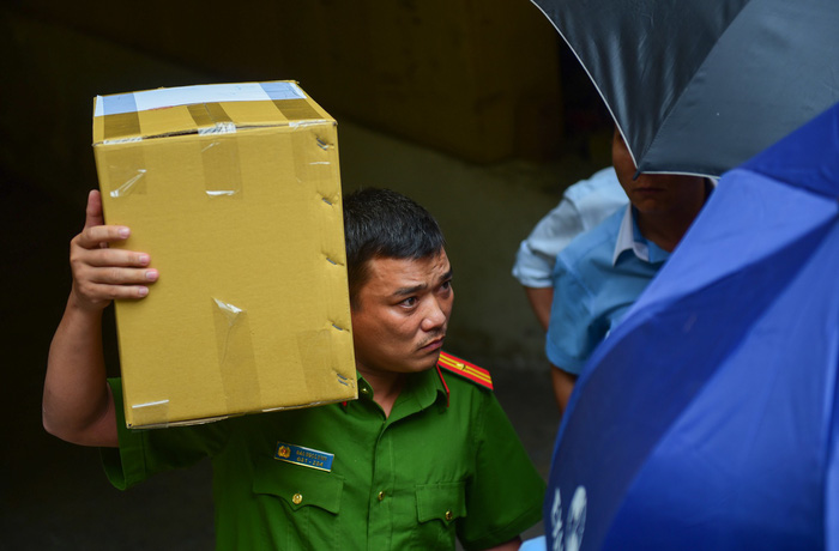 Anh: Kham xet, bat giu 2 nhan vien ngan hang Eximbank TP HCM-Hinh-9
