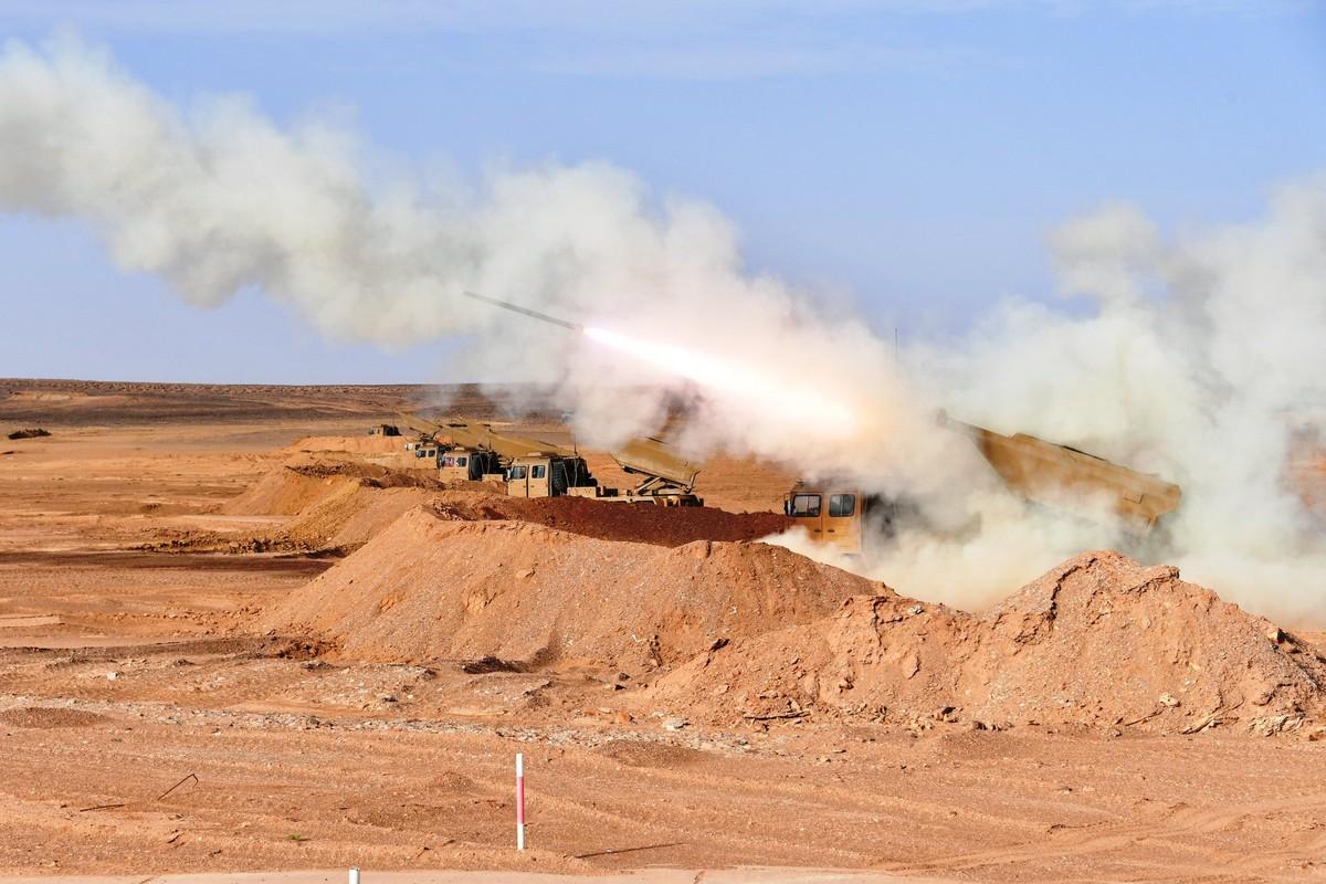 Choang ngop Quan doi Algeria tap tran voi xe tang T-90, tiem kich Su-30-Hinh-10