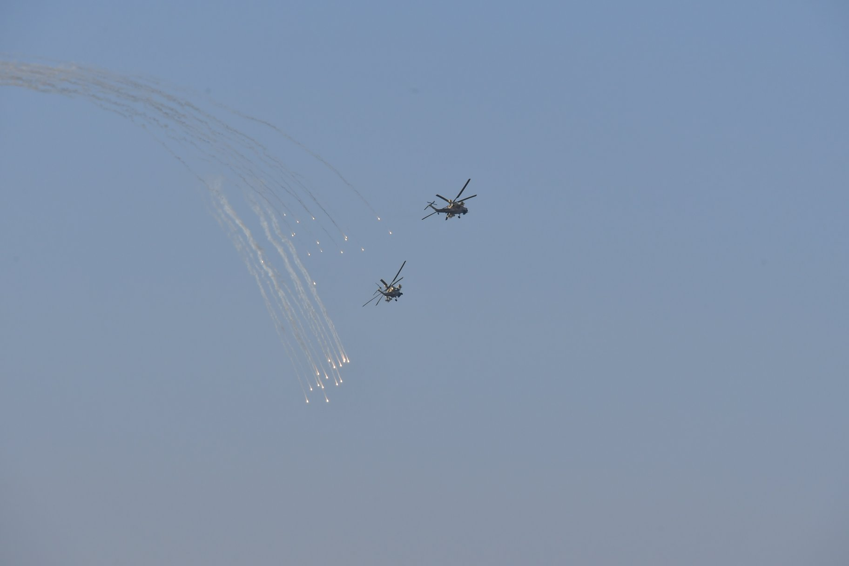 Choang ngop Quan doi Algeria tap tran voi xe tang T-90, tiem kich Su-30-Hinh-13