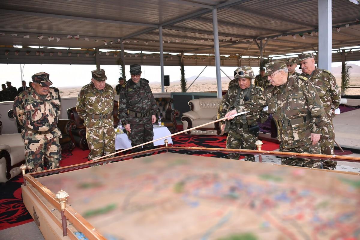 Choang ngop Quan doi Algeria tap tran voi xe tang T-90, tiem kich Su-30-Hinh-2