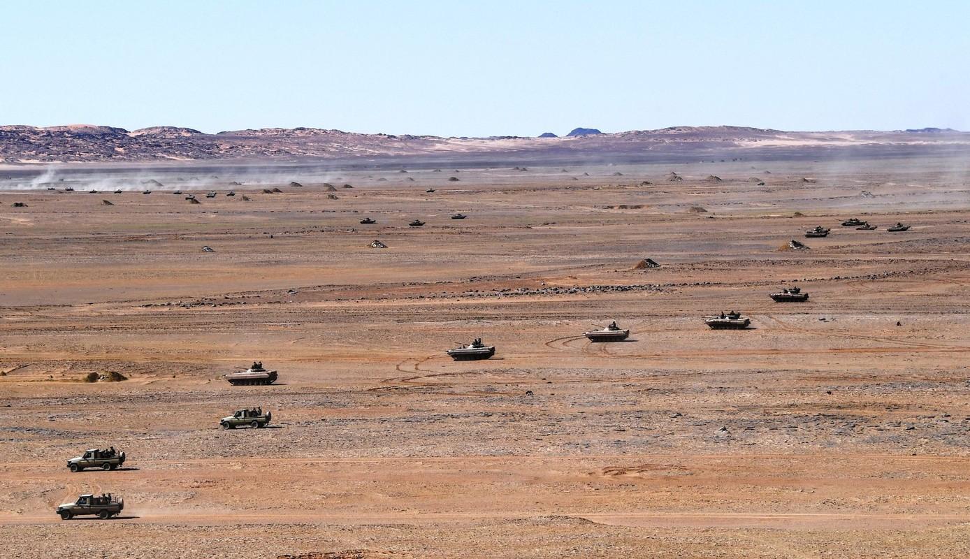 Choang ngop Quan doi Algeria tap tran voi xe tang T-90, tiem kich Su-30-Hinh-8