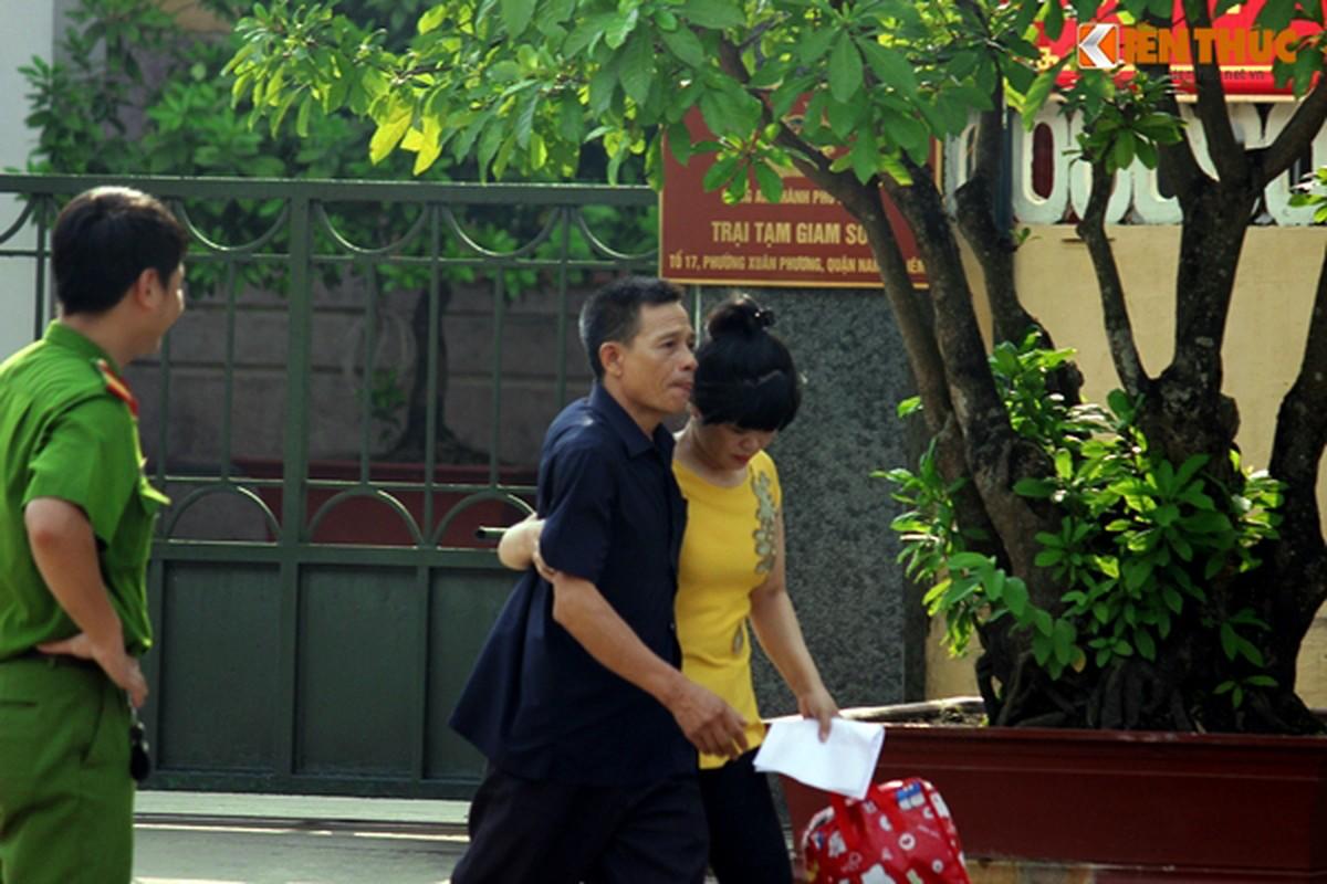 Anh: Bo con om chat nhau truoc cua trai tam giam so 1-Hinh-14