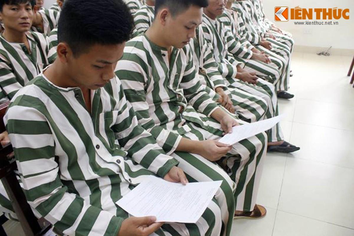 Anh: Bo con om chat nhau truoc cua trai tam giam so 1-Hinh-3