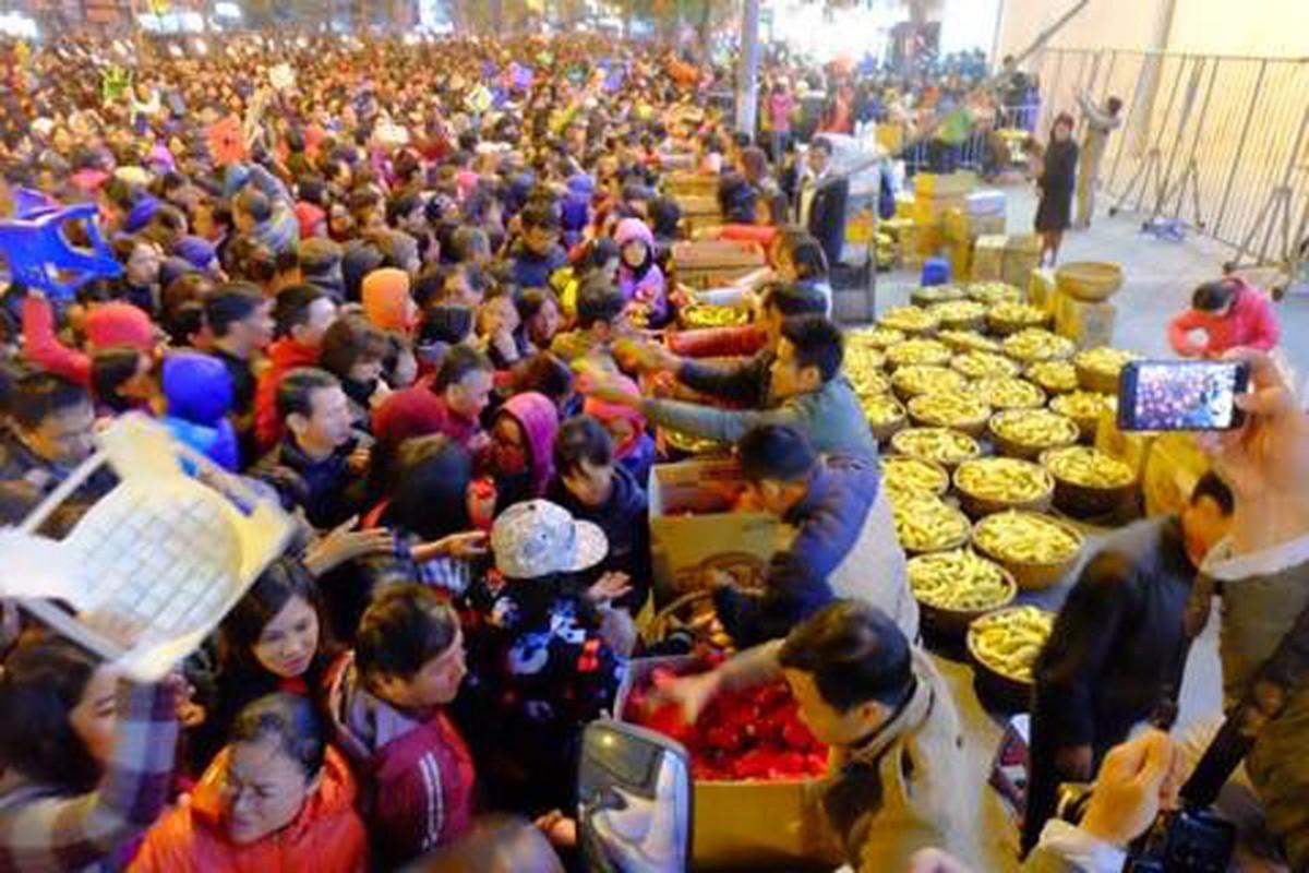 Anh: Bien nguoi chen chan tham du le cau an o chua Phuc Khanh-Hinh-10