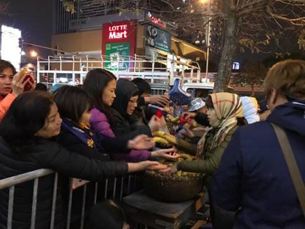 Anh: Bien nguoi chen chan tham du le cau an o chua Phuc Khanh-Hinh-11