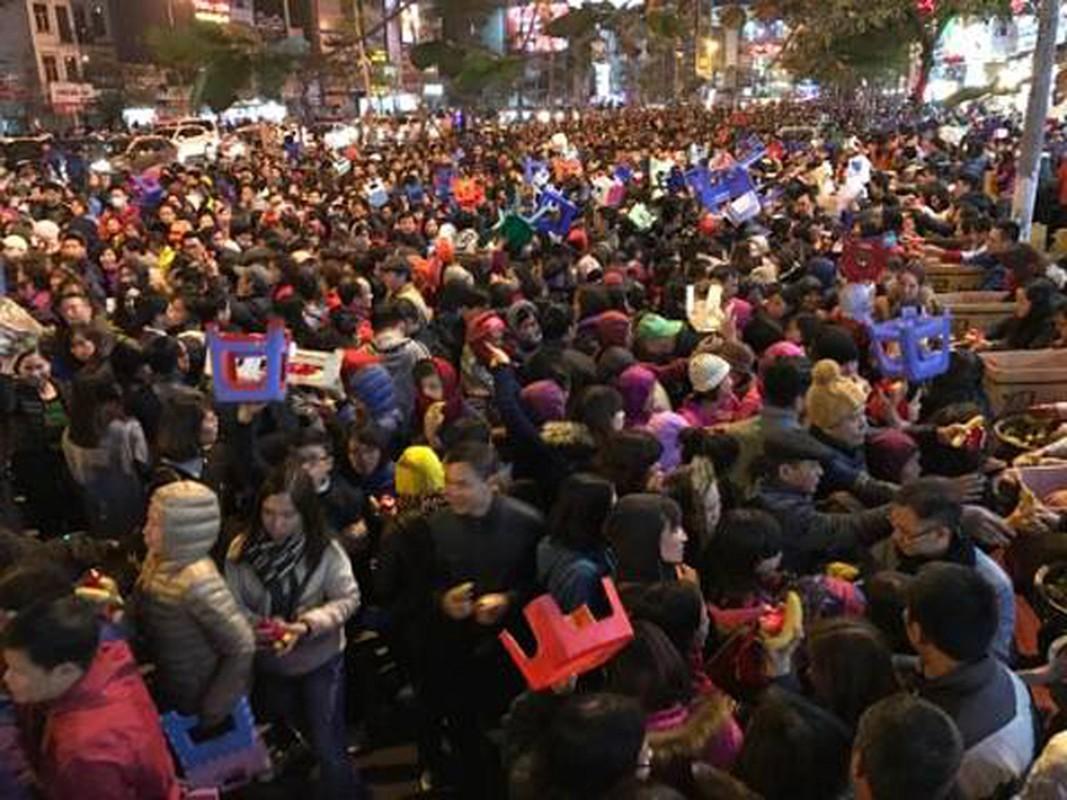 Anh: Bien nguoi chen chan tham du le cau an o chua Phuc Khanh