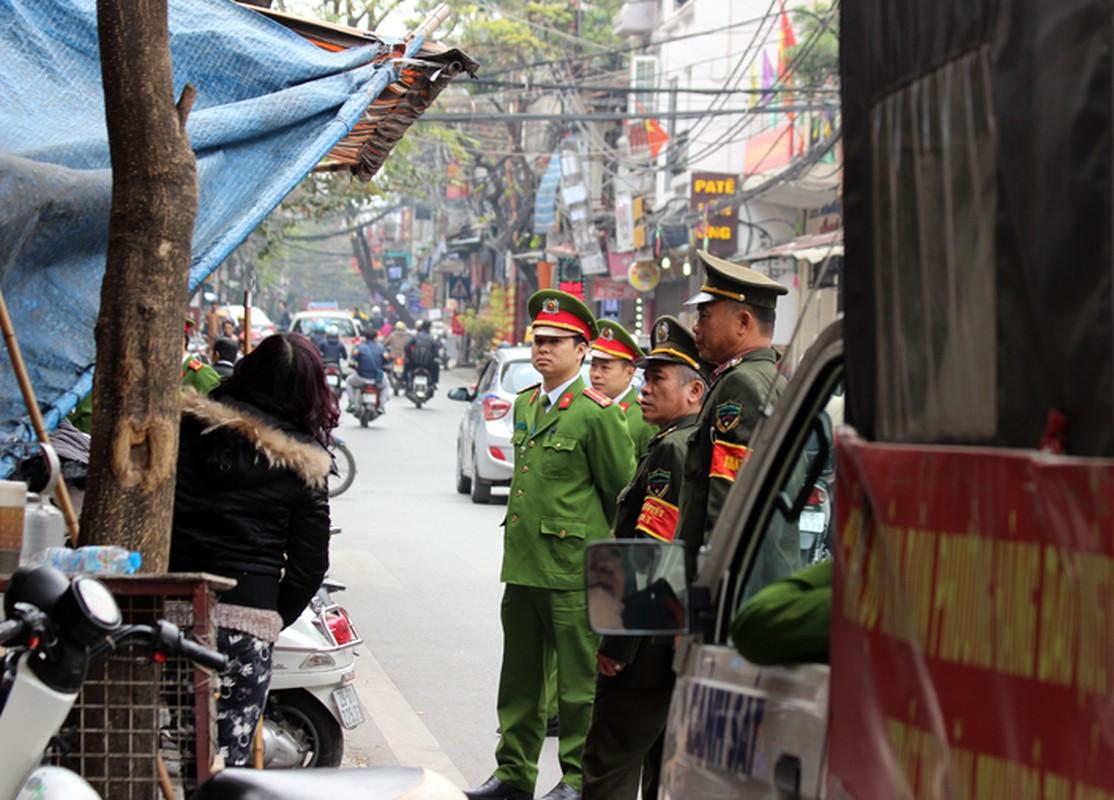 "Anh: Via he pho co Ha Noi bi cac ho kinh doanh ""nuot"" gon-Hinh-18"