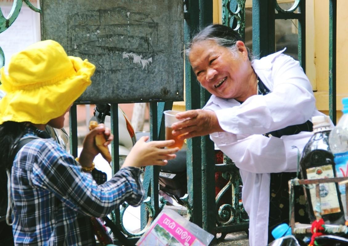 Anh: Xuc dong ba lao phat quan ao, nuoc uong mien phi o Ha Noi-Hinh-12