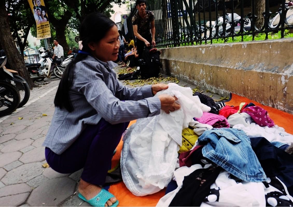 Anh: Xuc dong ba lao phat quan ao, nuoc uong mien phi o Ha Noi-Hinh-4