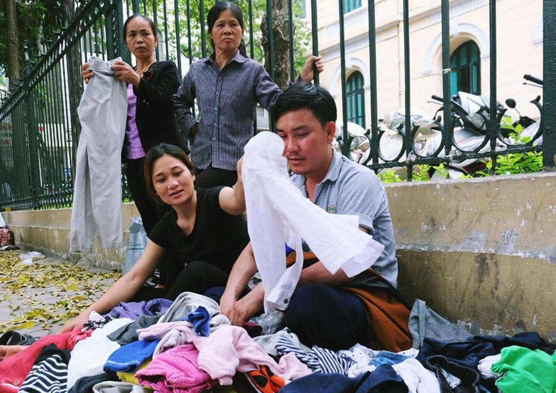 Anh: Xuc dong ba lao phat quan ao, nuoc uong mien phi o Ha Noi-Hinh-5