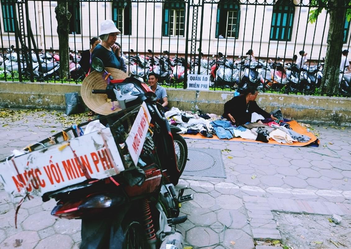 Anh: Xuc dong ba lao phat quan ao, nuoc uong mien phi o Ha Noi-Hinh-7