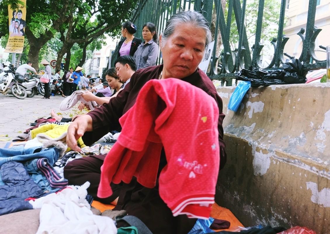 Anh: Xuc dong ba lao phat quan ao, nuoc uong mien phi o Ha Noi-Hinh-8