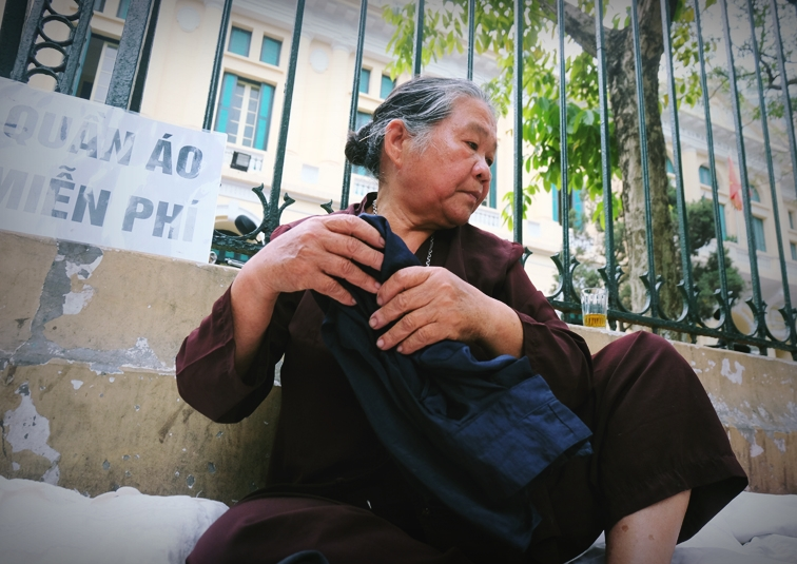 Anh: Xuc dong ba lao phat quan ao, nuoc uong mien phi o Ha Noi-Hinh-9