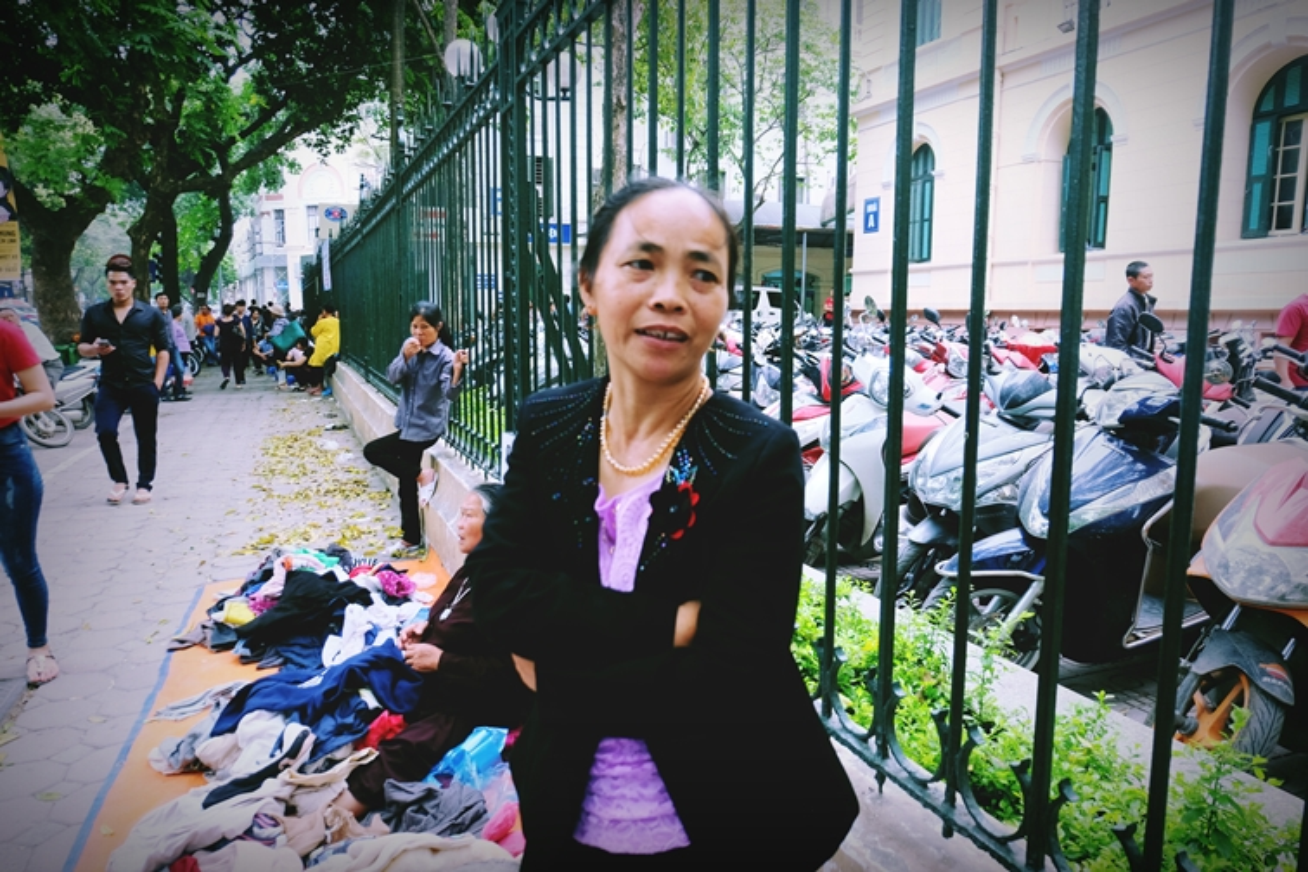 Anh: Xuc dong ba lao phat quan ao, nuoc uong mien phi o Ha Noi-Hinh-6
