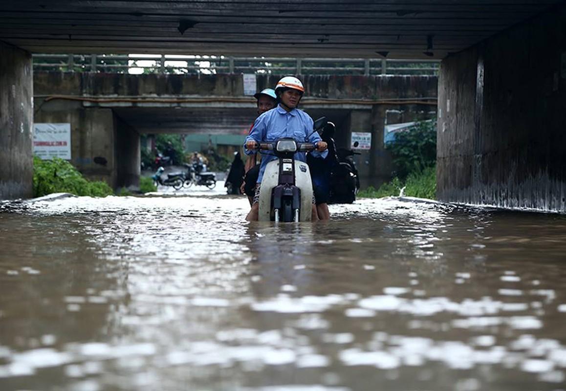 Dan hot bac nho cuu xe ngap nuoc tren Dai lo Thang Long-Hinh-4