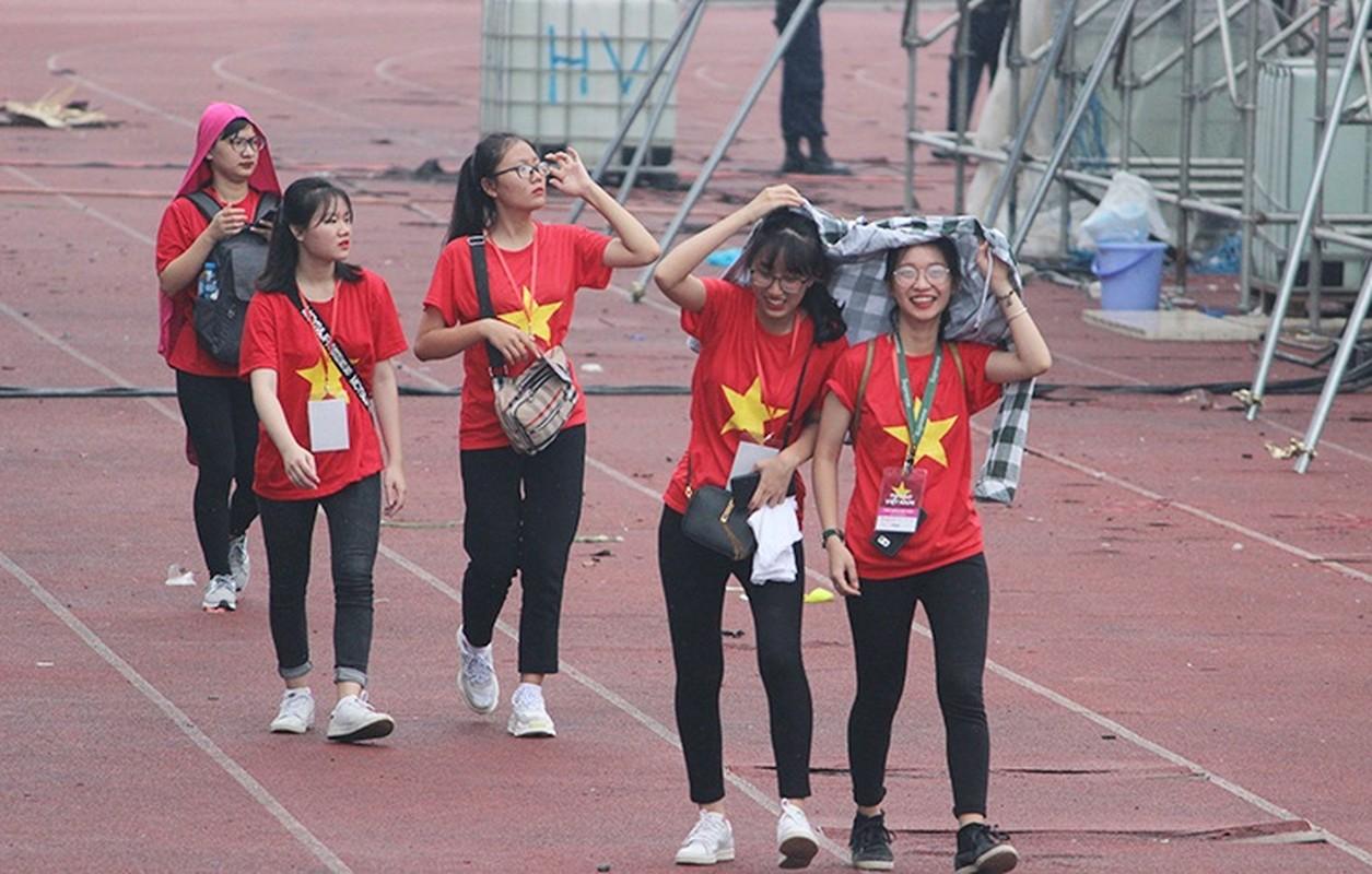 Bat chap troi mua, CDV no nuc den san My Dinh cho don Olympic Viet Nam-Hinh-10