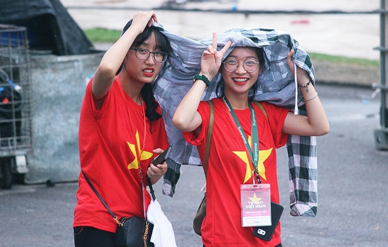 Bat chap troi mua, CDV no nuc den san My Dinh cho don Olympic Viet Nam-Hinh-11