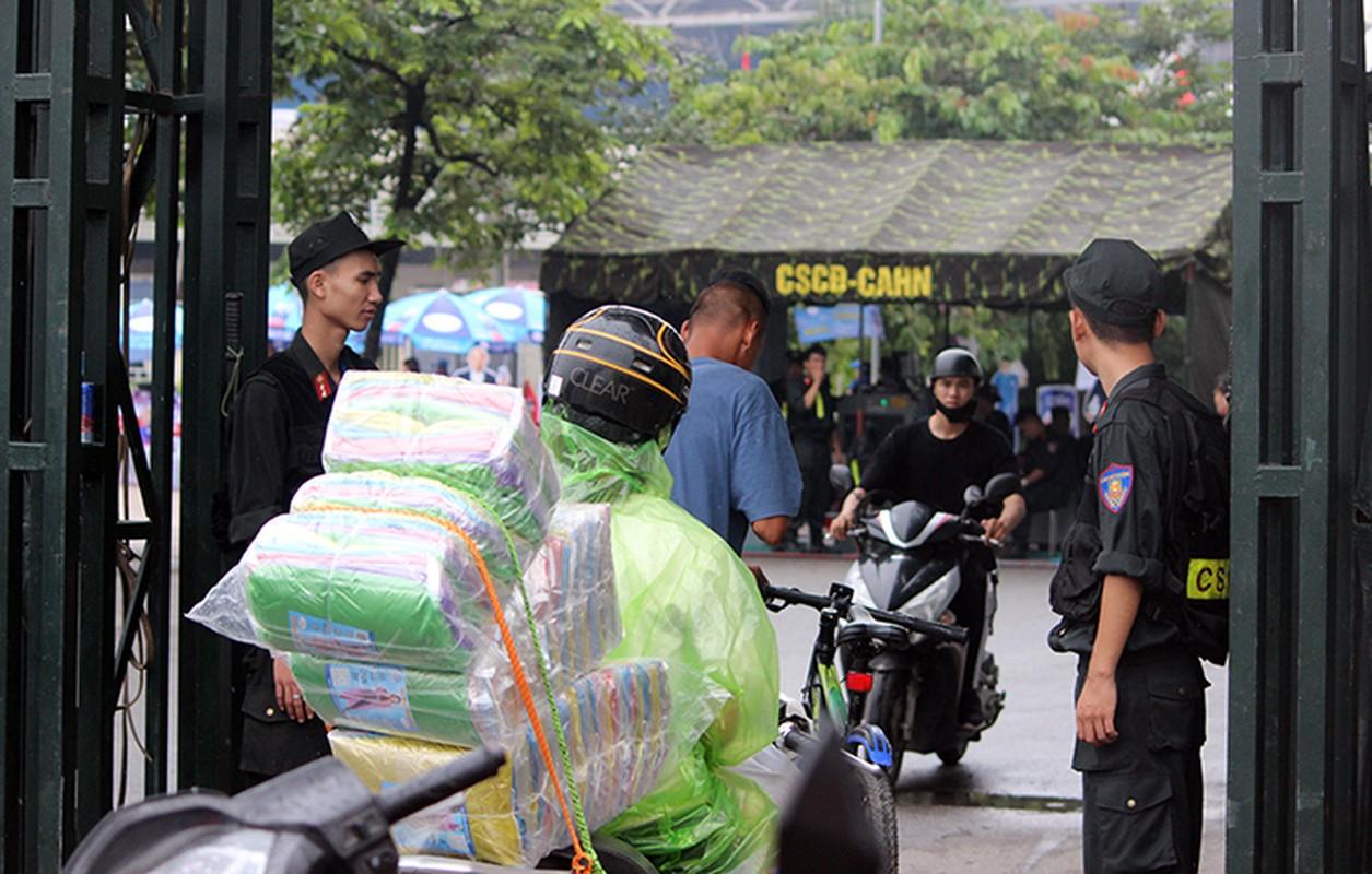 Bat chap troi mua, CDV no nuc den san My Dinh cho don Olympic Viet Nam-Hinh-12