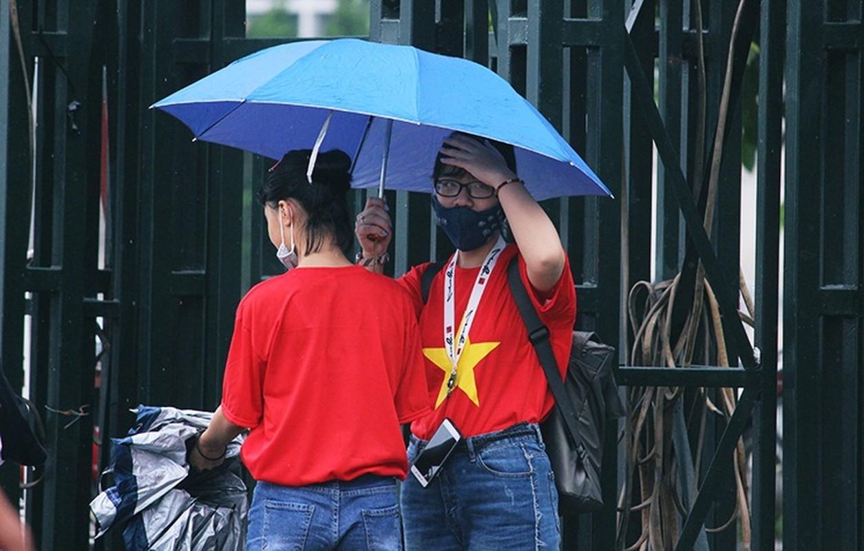 Bat chap troi mua, CDV no nuc den san My Dinh cho don Olympic Viet Nam-Hinh-2
