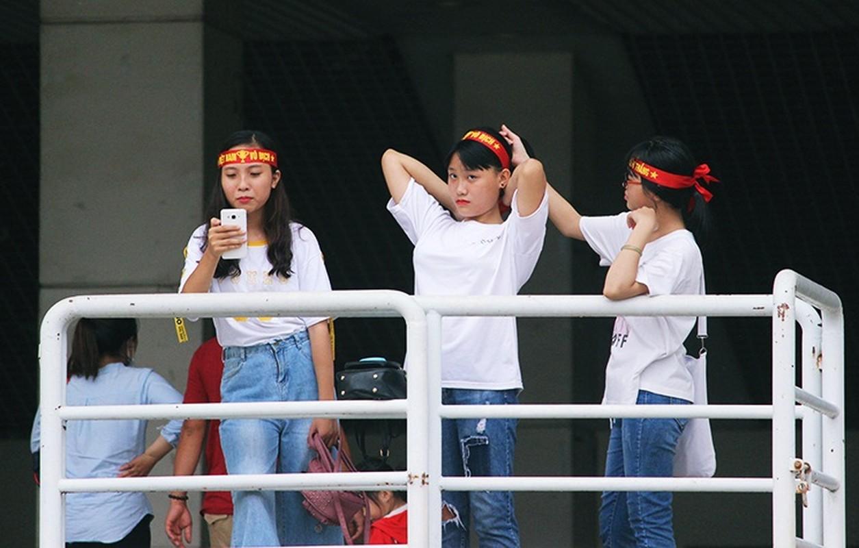 Bat chap troi mua, CDV no nuc den san My Dinh cho don Olympic Viet Nam-Hinh-4