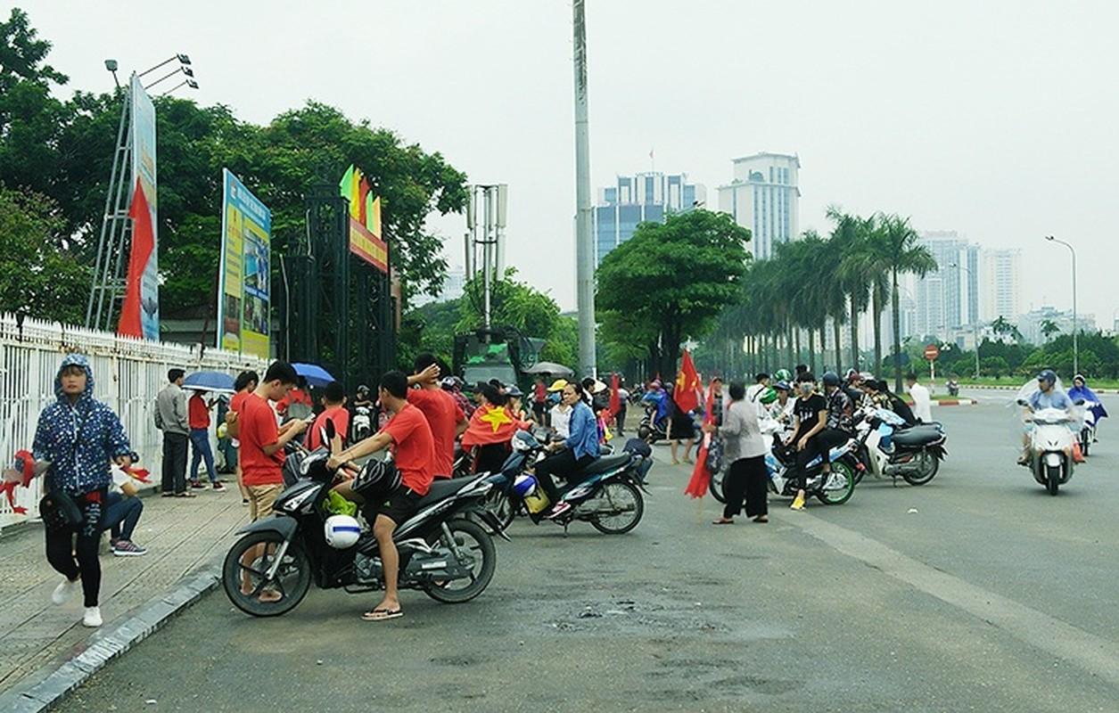 Bat chap troi mua, CDV no nuc den san My Dinh cho don Olympic Viet Nam