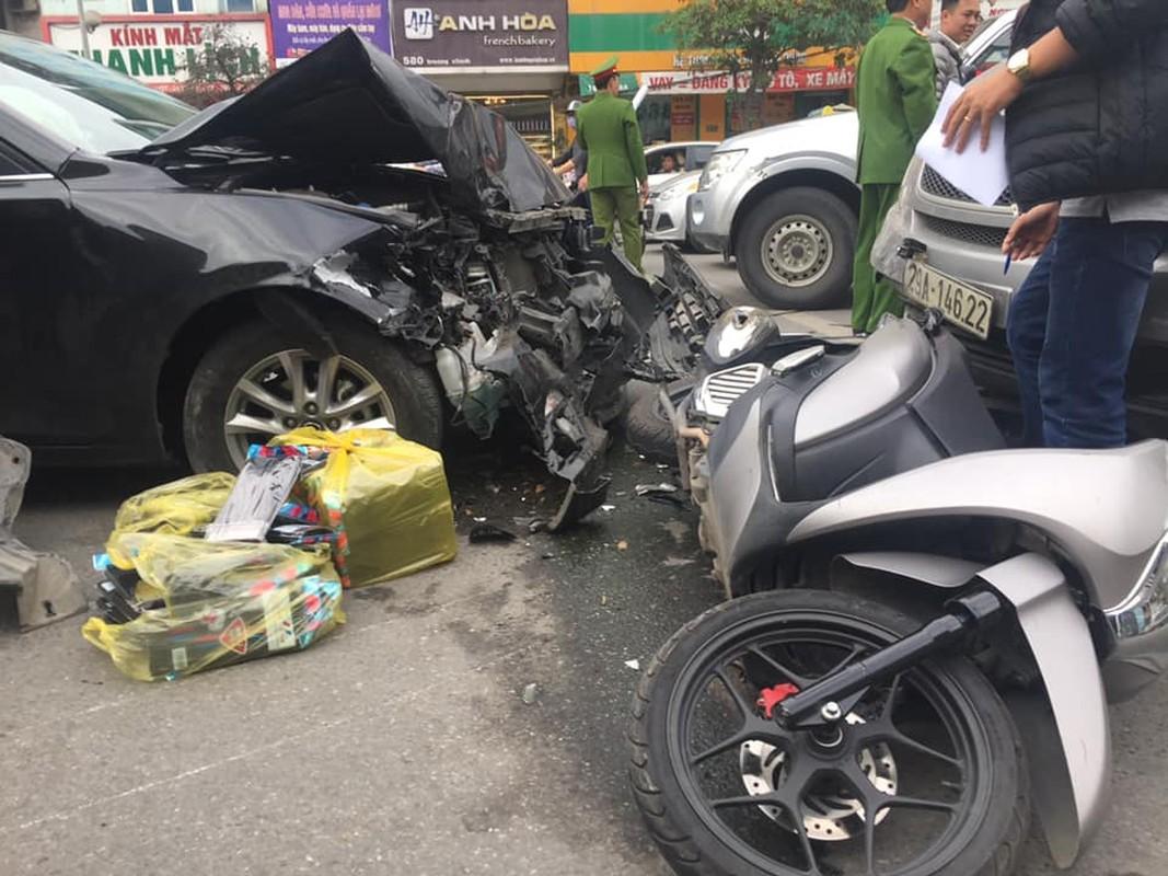 Khiep dam hien truong oto Mazda dam lien hoan tren duong Truong Chinh
