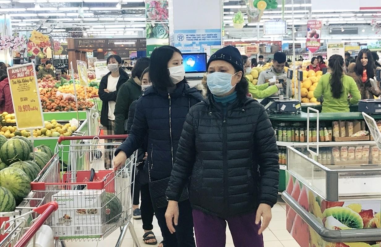 Phong virus corona, nguoi lon tre nho deo kin khau trang di sieu thi o Ha Noi-Hinh-3