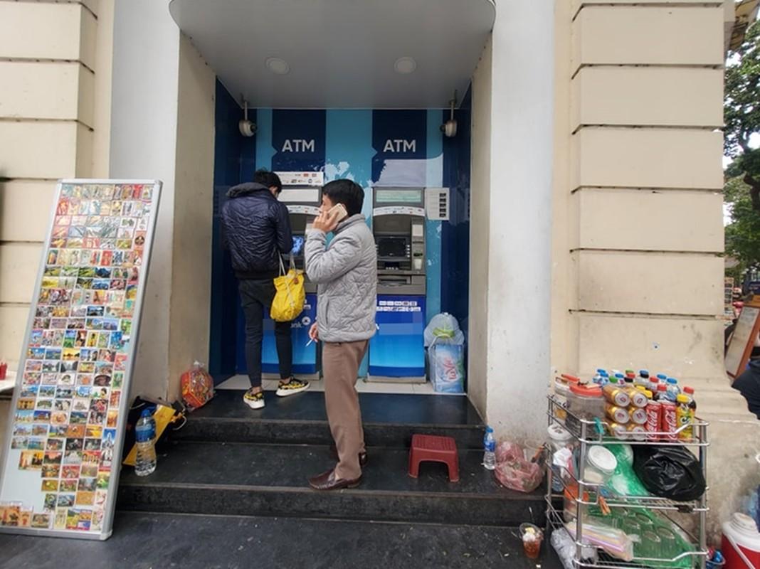 Cay ATM o Ha Noi cau ban, khach so Covid-19 phai mang theo nuoc rua tay-Hinh-10