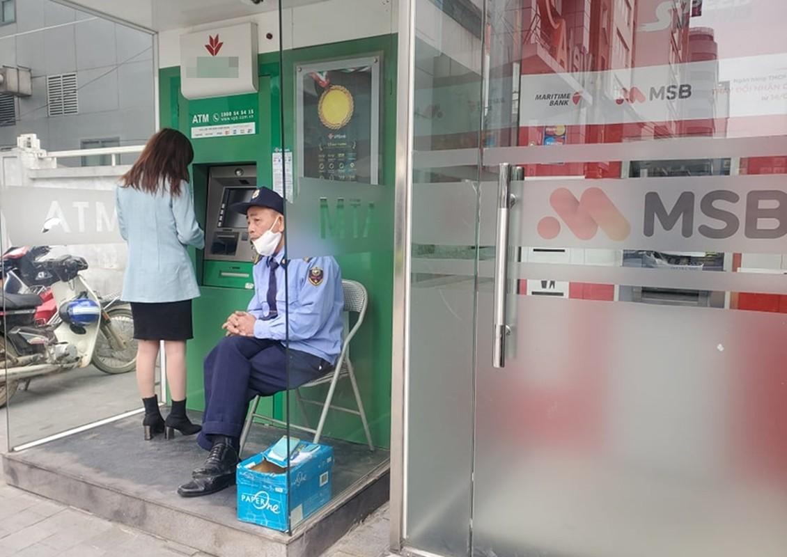Cay ATM o Ha Noi cau ban, khach so Covid-19 phai mang theo nuoc rua tay-Hinh-11