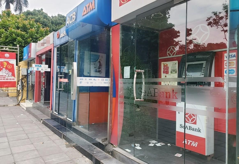 Cay ATM o Ha Noi cau ban, khach so Covid-19 phai mang theo nuoc rua tay-Hinh-2