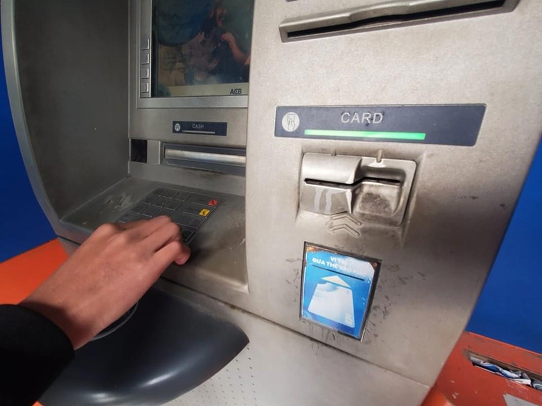 Cay ATM o Ha Noi cau ban, khach so Covid-19 phai mang theo nuoc rua tay-Hinh-6
