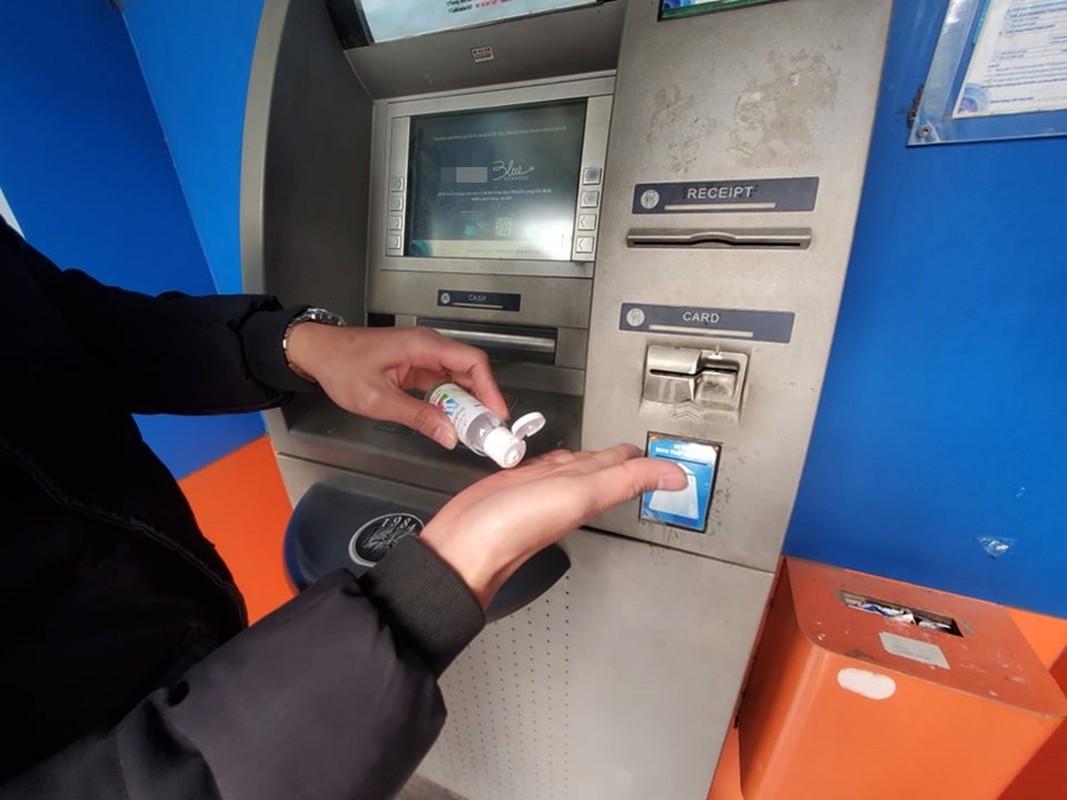 Cay ATM o Ha Noi cau ban, khach so Covid-19 phai mang theo nuoc rua tay-Hinh-7