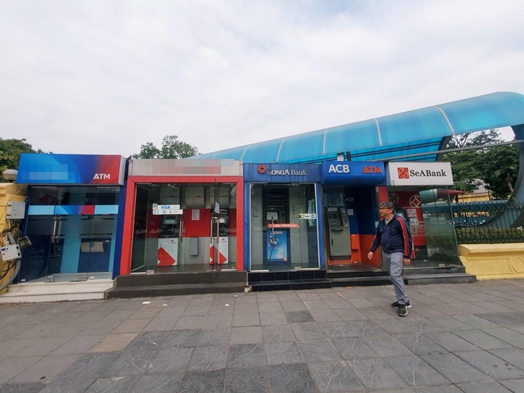 Cay ATM o Ha Noi cau ban, khach so Covid-19 phai mang theo nuoc rua tay