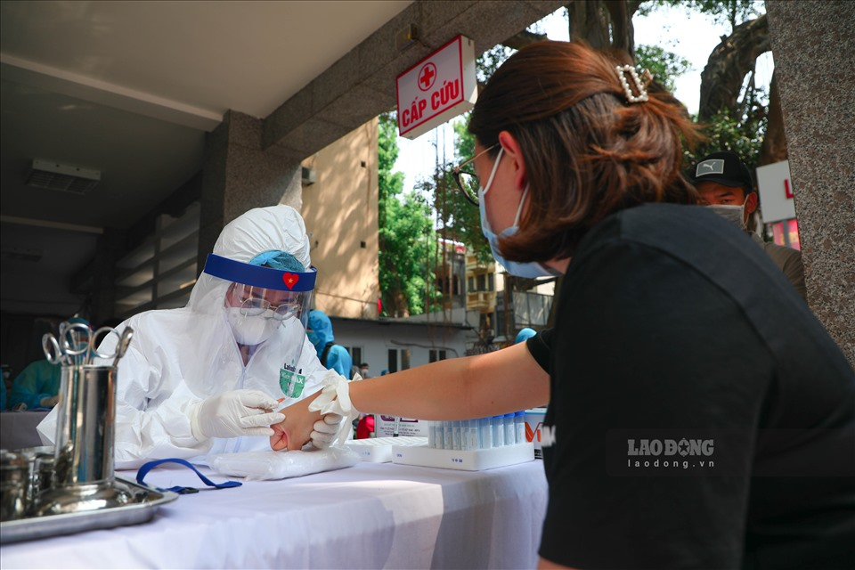 Bat dau test COVID-19 cho nhung nguoi di tu Da Nang ve Ha Noi-Hinh-5