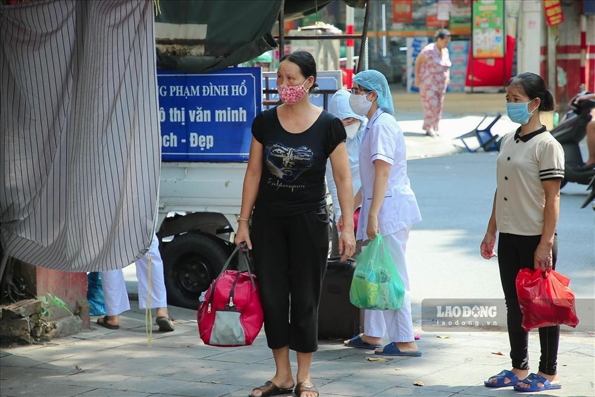 Bat dau test COVID-19 cho nhung nguoi di tu Da Nang ve Ha Noi-Hinh-8