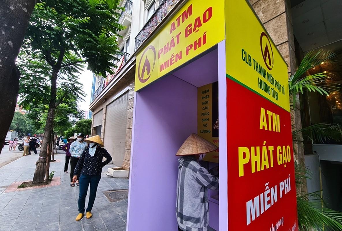 "Nguoi ngheo xep hang tu sang nhan gao mien phi o ""cay ATM"""