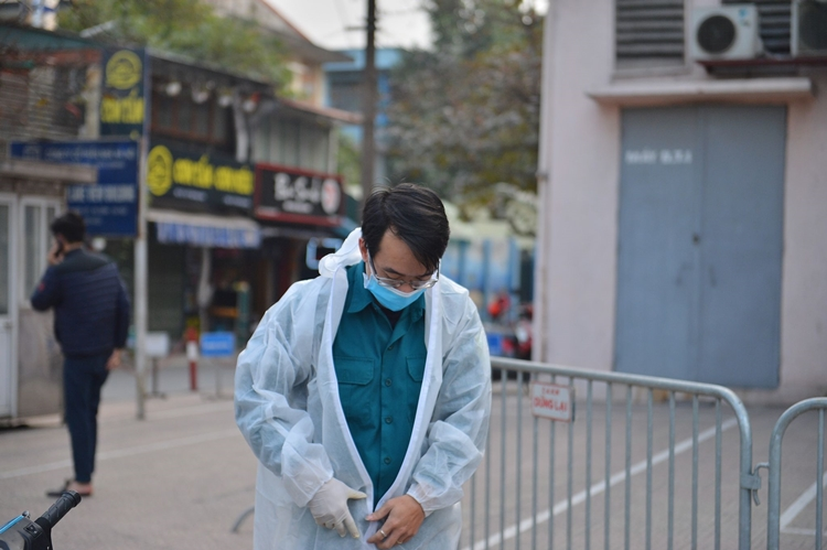 Phong toa, phun khu khuan Public Bank co nhan vien mac COVID-19-Hinh-2