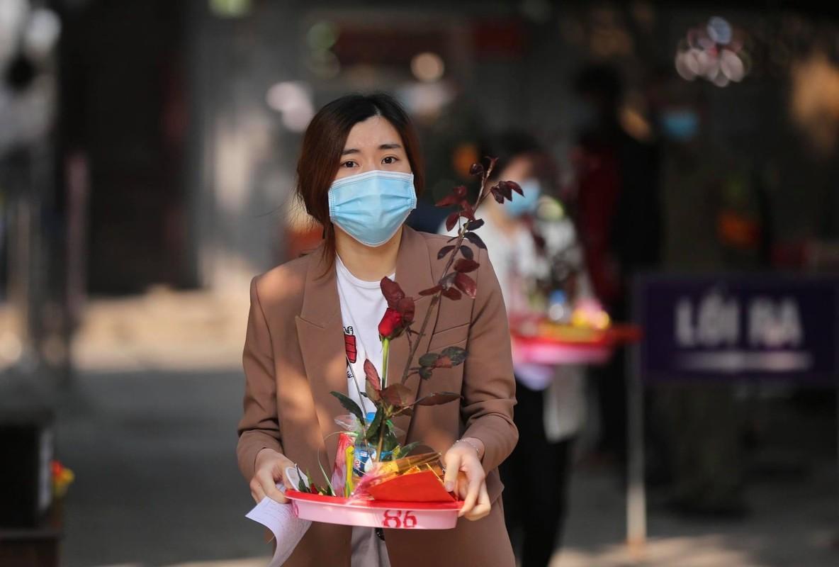 "Ngay Valentine, ban tre so ""co don"" deo khau trang di Chua Ha cau duyen-Hinh-2"