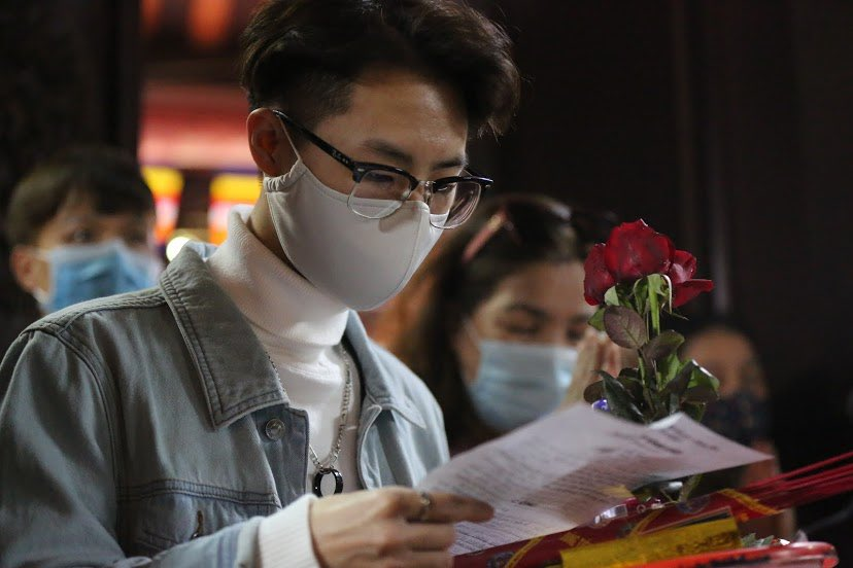 "Ngay Valentine, ban tre so ""co don"" deo khau trang di Chua Ha cau duyen-Hinh-6"