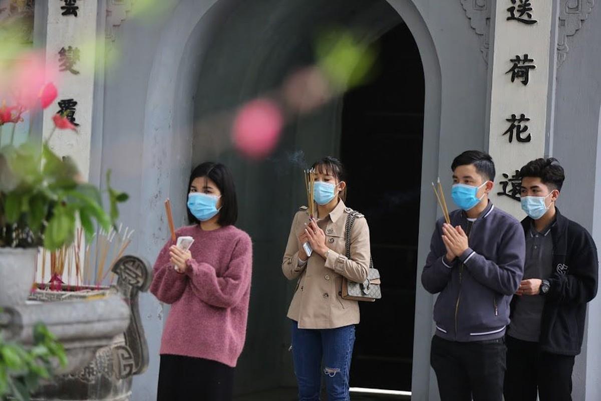 "Ngay Valentine, ban tre so ""co don"" deo khau trang di Chua Ha cau duyen-Hinh-8"