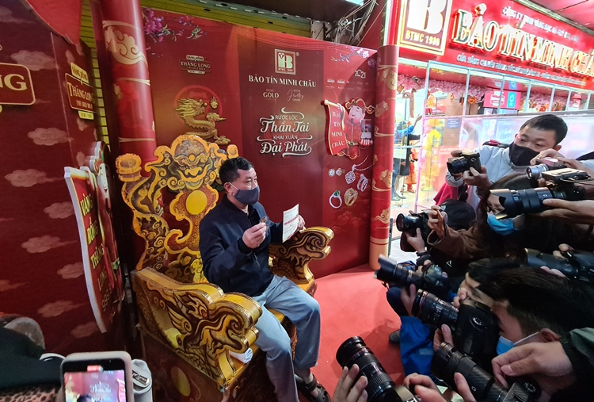 Nguoi dan di mua vang ngay via Than Tai tu 3h sang o Ha Noi-Hinh-10