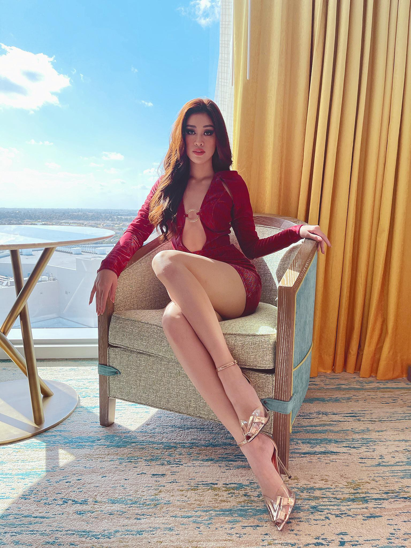 Khanh Van dien vay xe nguc sau tao bao tai Miss Universe