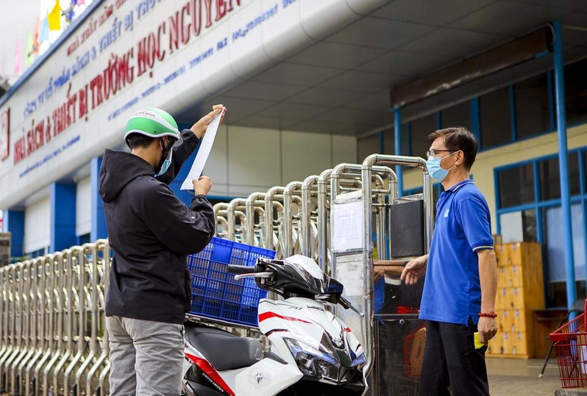 TP.HCM: Phu huynh chay khap noi tim mua sach giao khoa cho con-Hinh-14
