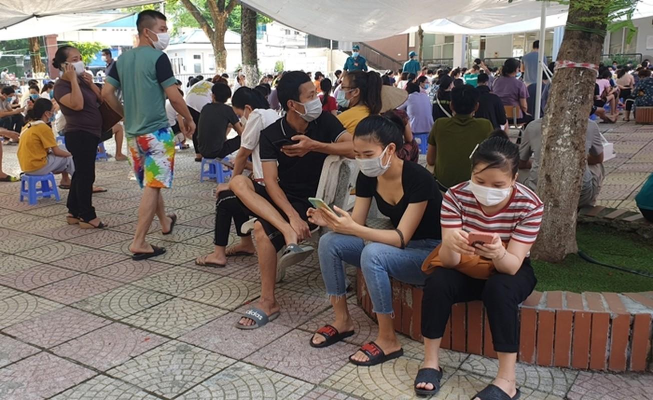 Ha Noi: Nguoi dan chen chuc cho tiem vac xin phong COVID-19-Hinh-13