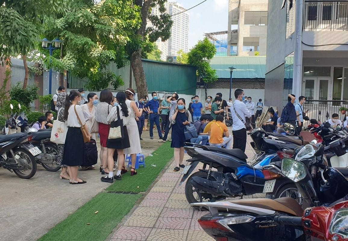 Ha Noi: Nguoi dan chen chuc cho tiem vac xin phong COVID-19-Hinh-14