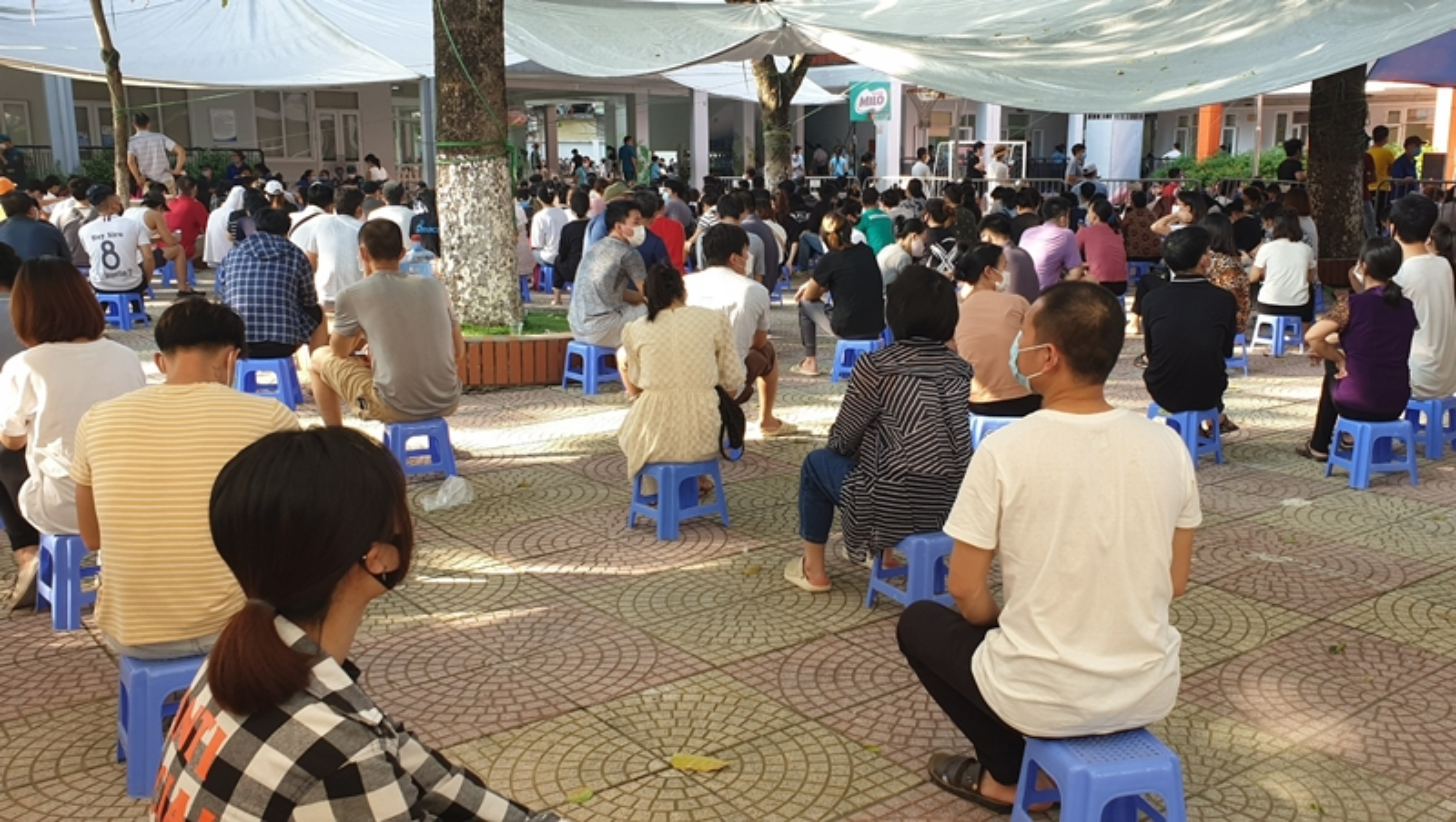 Ha Noi: Nguoi dan chen chuc cho tiem vac xin phong COVID-19-Hinh-15