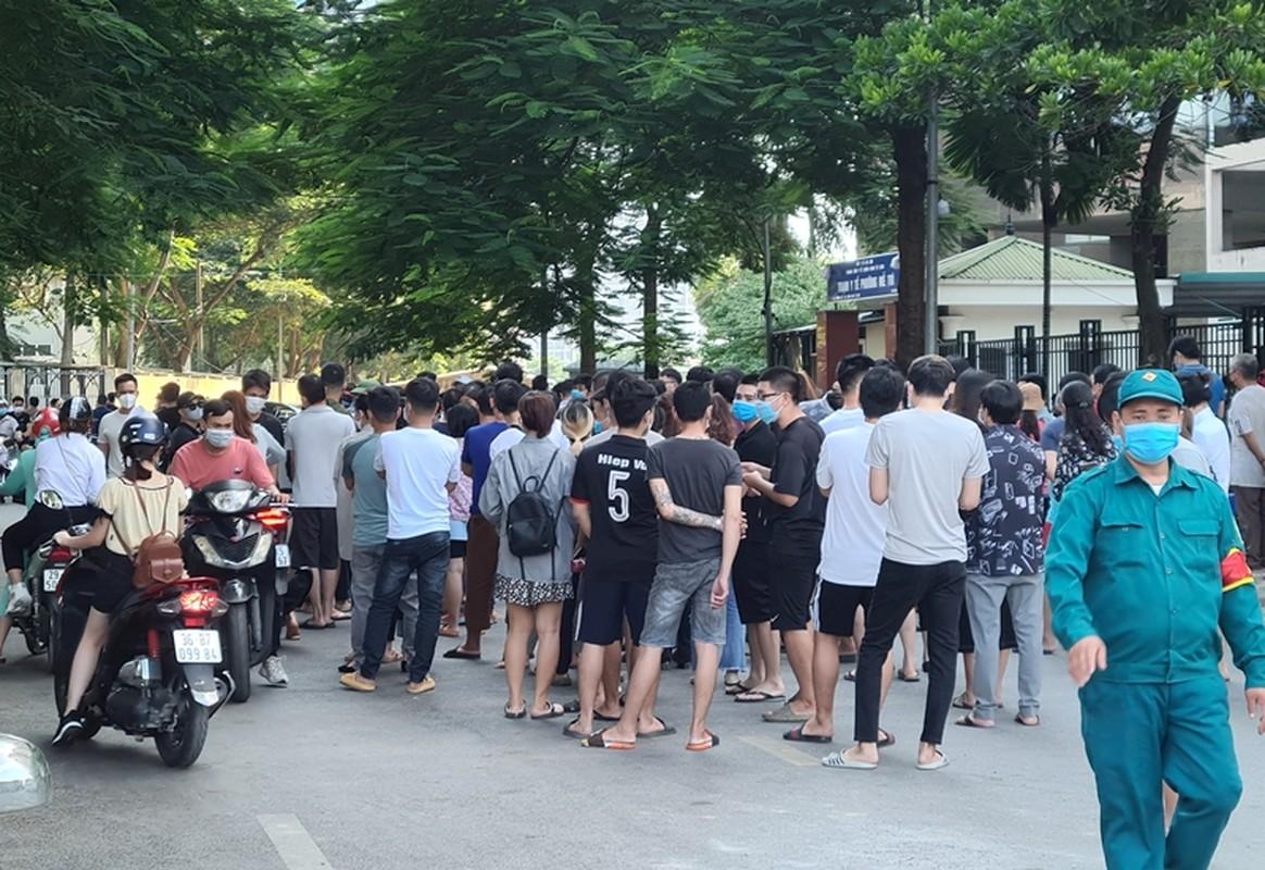 Ha Noi: Nguoi dan chen chuc cho tiem vac xin phong COVID-19-Hinh-11