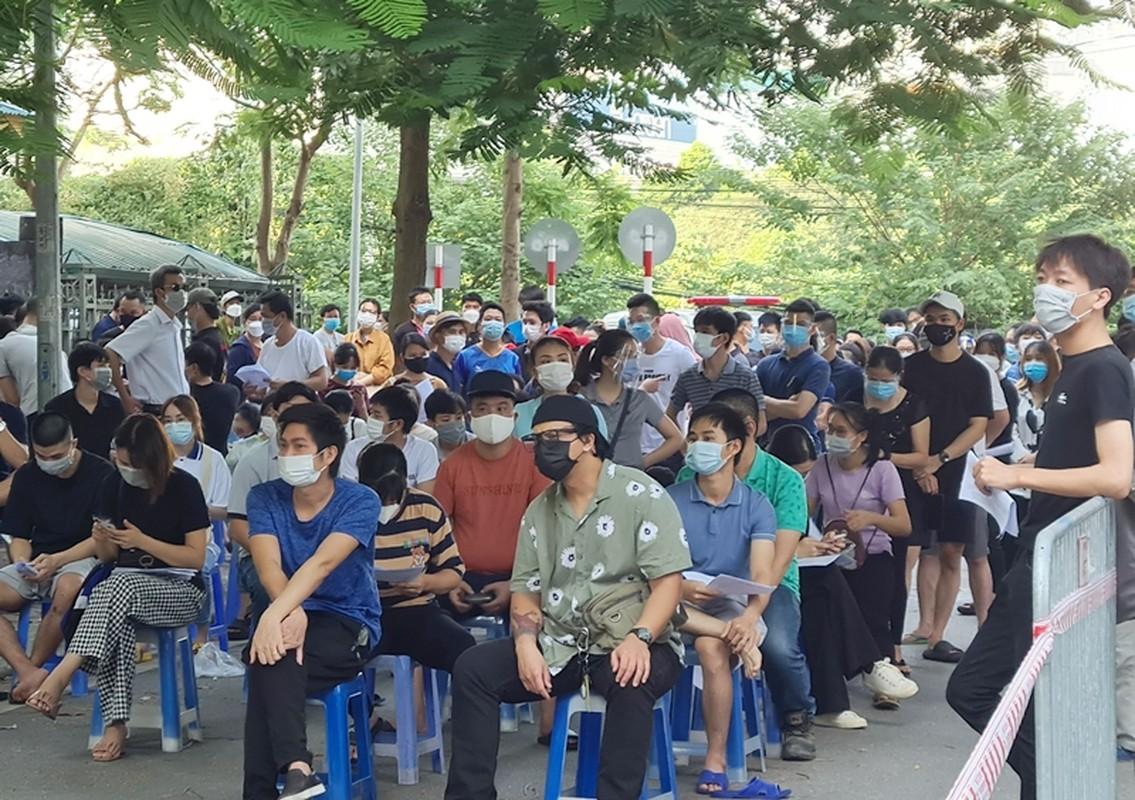 Ha Noi: Nguoi dan chen chuc cho tiem vac xin phong COVID-19-Hinh-2