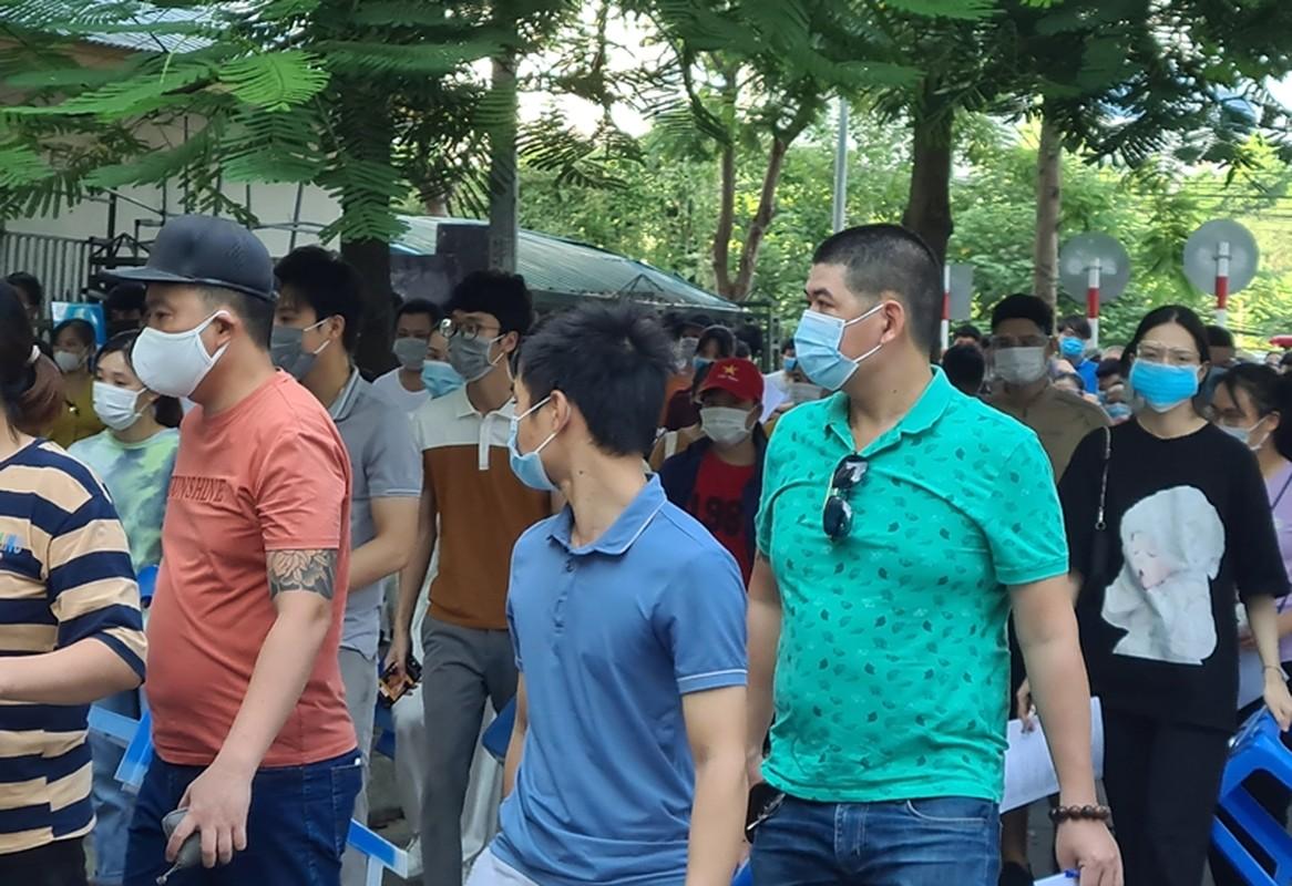 Ha Noi: Nguoi dan chen chuc cho tiem vac xin phong COVID-19-Hinh-6