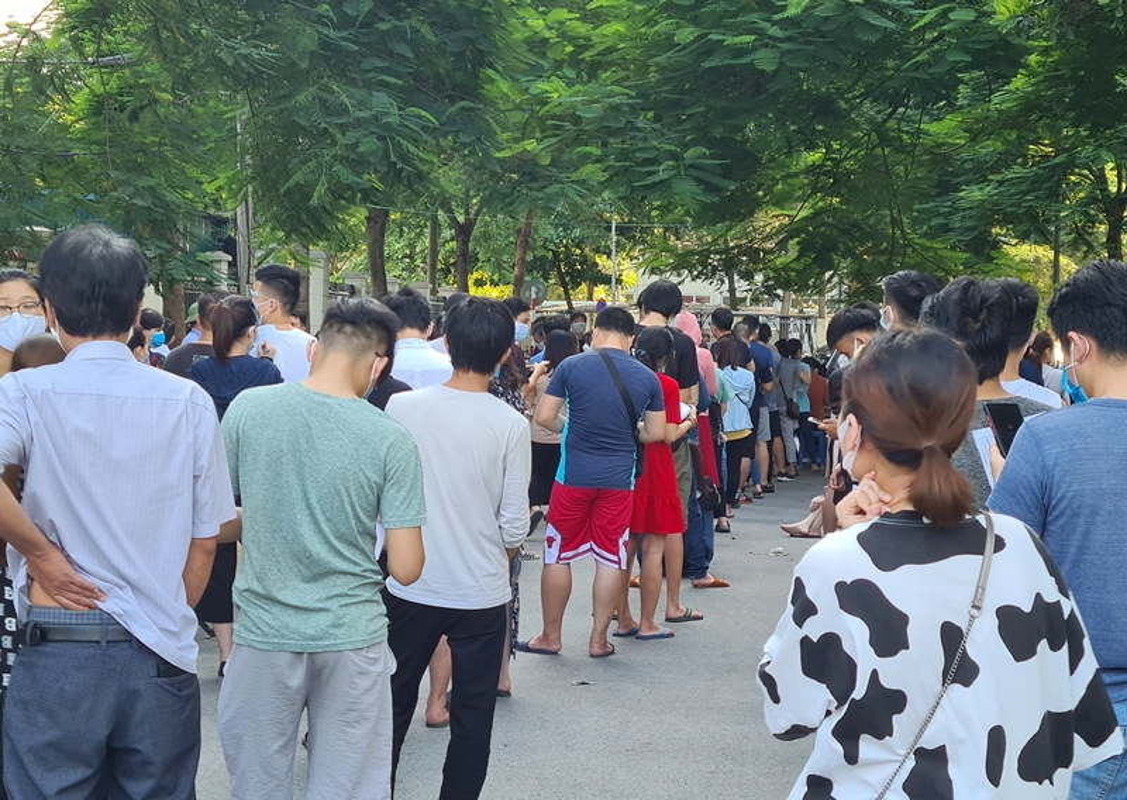 Ha Noi: Nguoi dan chen chuc cho tiem vac xin phong COVID-19-Hinh-7